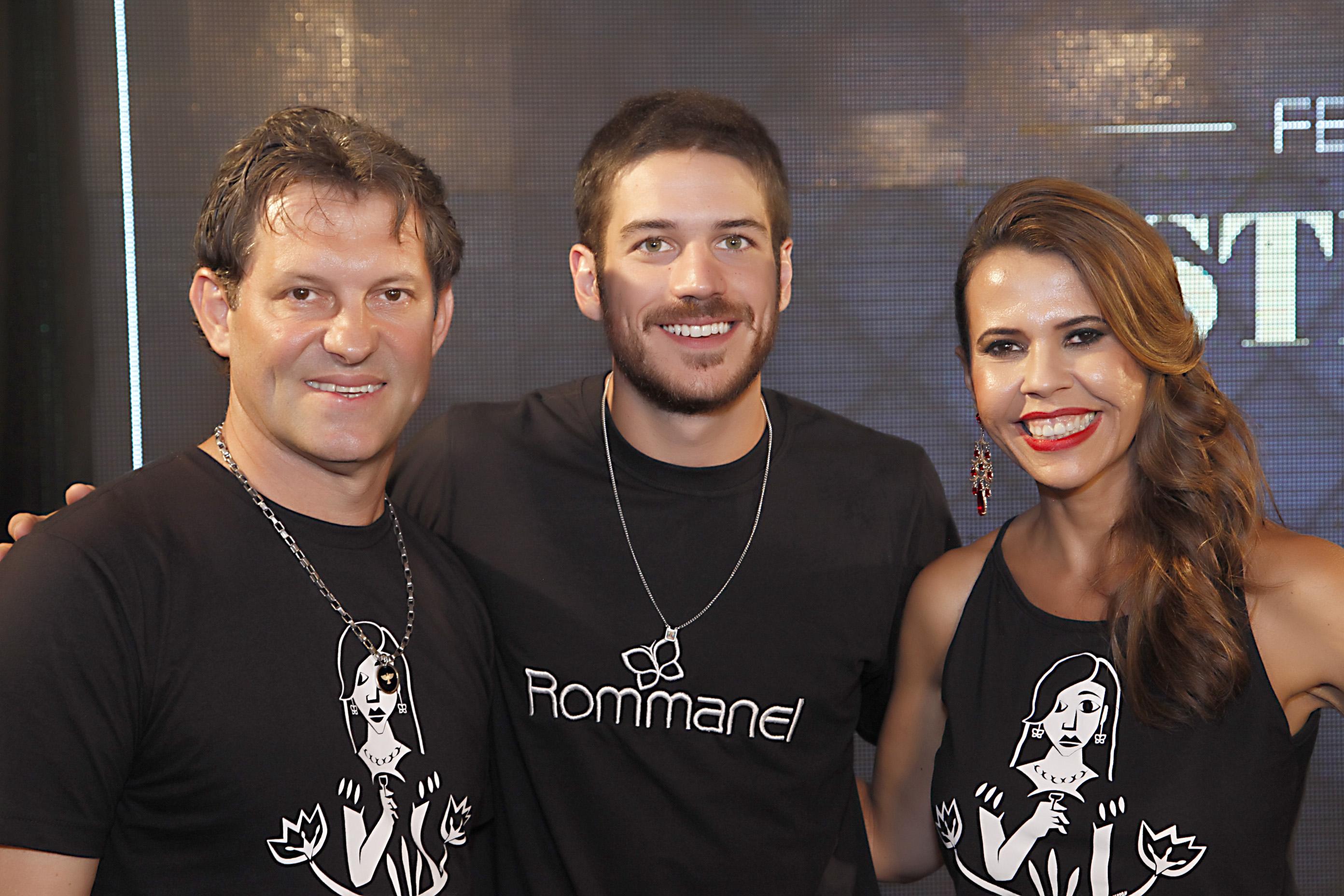 O ator Marco Pigossi ladeado pelo casal Jô e Alcindo Marsaro |FOTO: Sérgio Botelho