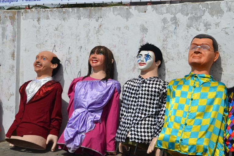 Bonecos gigantes no desfile do bloco | FOTO: Maíra Passos